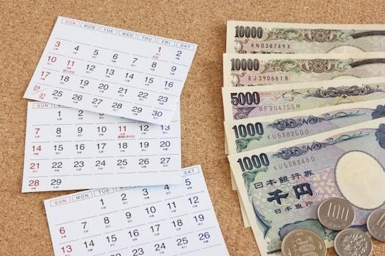 カレンダーとお金の画像